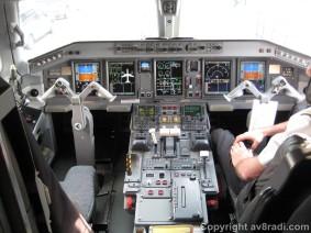 Flight deck of the E-190 (1)